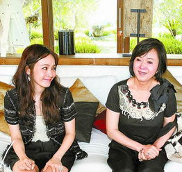 ...右)与刚新婚的艺人女儿侯佩岑,18日在巴厘岛接受专访,林月云坦...