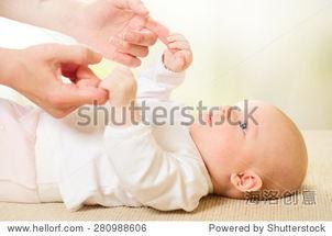 父母抱着新生儿的手 手牵手 母亲和她的新生儿 母亲和婴儿在一起快乐 ...