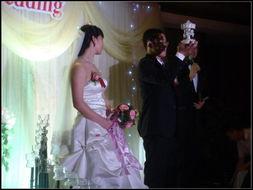 新郎新娘互送小礼物,新郎送新娘的是一个童话世界的旋转木马
