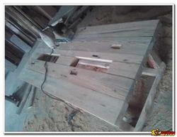 用几快边皮料从底下封平,以后可... 四脚下面垫了一小木块,是为了拖...