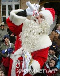 ...人在邮局前接受孩子们写给圣诞老人的信. (图3)-德国圣诞老人收...