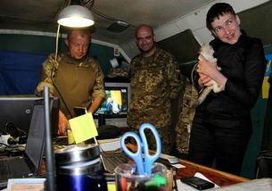 ...萨夫琴科在阵地指挥部抱起喵星人.-被俄释放乌女飞行员重返前线 ...