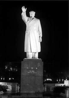 云南丽江红太阳广场毛主席戎装挥手像(1968年立)