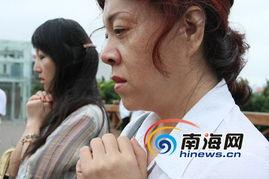 在滨海大道天桥上,路过的人们自发停住脚步为遇难者默哀3分钟.  ...