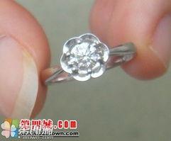 现在上个闷骚的铂金戒指   这个小花造型的铂金钻戒