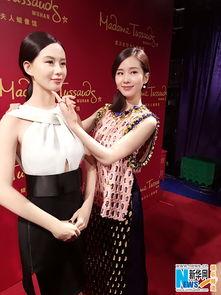 ...为自己的蜡像揭幕,一身靓丽粉嫩裙装亮相的刘诗诗表示看到自己...