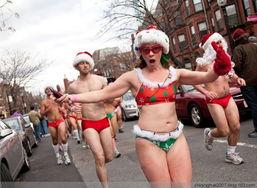 ...圣诞泳装赛跑 大尺度引路人围观