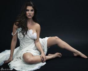 ...店的合照.她叫阿曼达-瑟妮,今年25岁,还曾登上过著名的《花花公...