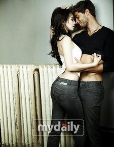 ...儿为牛仔裤拍摄广告 和男模亲密