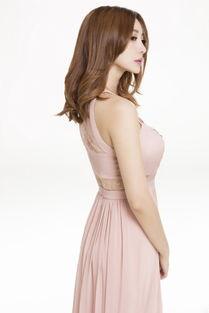 柳岩穿肉粉色连衣裙显优雅柔美