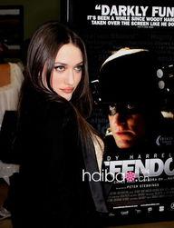 ...和性感的身材是凯特·戴琳斯 (Kat Dennings) 出道时引人注目的...