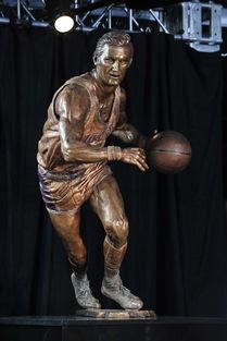 六尊-杰里-韦斯特雕像造型取自于其经典的低手运球动作,与NBA的logo颇...