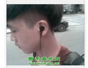 这位男生的发型是两边设计为铲青风格的发型,后面的头发是倒三角...