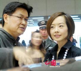 凤凰卫视美丽女主持陈鲁豫亮相画廊博览会