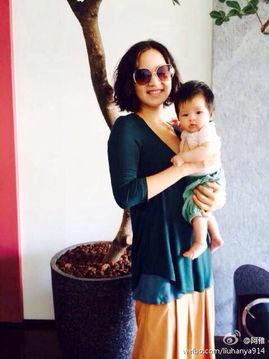 阿雅抱女儿Ava晒合照 萌娃两月半越长越美 组图