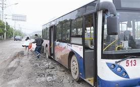 啊 停 啊轻点h文公车-图文:513路公交3年坚守最难行公路-武汉青王公路坑凼不计其数 车窗...