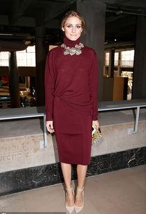 酒吧色色色色色色色www395aaacom- Olivia Palermo,酒红色的高领衫与同色铅笔裙搭配,脚踝系带的裸色...