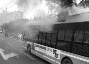 北京107路电车线路起火 原因为电路故障