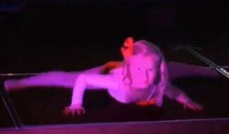 英国4岁女童扮性感女招待跳热舞引争议