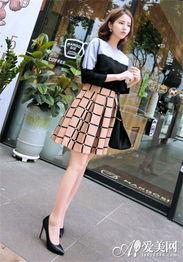 淡色格子短裙+高跟鞋.拼接的T恤非常有特点,亮蓝色与黑色撞色很有...