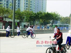2010学爱路-本报讯 (   )过马路,左右看,扛单车,越花基……海珠区南洲路三滘...