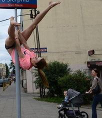 花游美女街头练习钢管舞 性感与力量并存