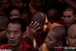 ...用手撑着头,与其他僧侣坐在一起.他们正在进行为期一天的绝食抗...