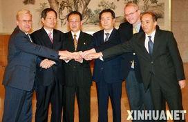 分别与六方会谈朝鲜代表团团长金桂冠和美国代表团团长希尔会见,...