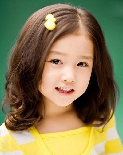 小女孩斜分刘海及肩卷烫发造型-女童短烫发发型图片 儿童烫发发型 4