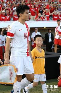 国际超碰1影视免费- 1月18日,中国队队长郑智(左)在比赛前领着当球童的儿子出场. 新...