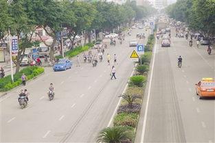 在城市道路,行人随意横穿马路已是司空见惯-南宁文明网