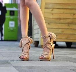 """3、人字拖:脚型越来越丑   4、绑腿高跟凉鞋:把脚""""勒死"""""""