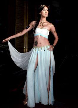 ...还首度尝试现场人体彩绘,爆乳装扮、薄纱裙摆,走动间还露出美...