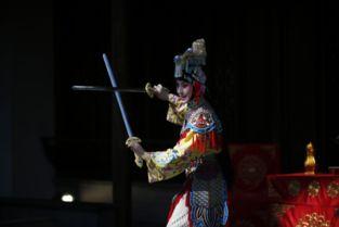...史依弘正在表演舞剑(摄影:严天妤)-通讯 让世界爱上中国京剧 上...