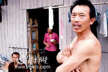 图:逃出生天的民工向记者讲述昨天惊心动魄的情景.    摄 -灵山镇建...