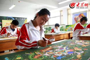 山东省特殊教育中等专业学校的纤维艺术课上,一位学生正在制作一...