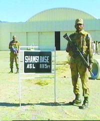 10日,巴基斯坦军人守卫在舍母西空军基地. 新华社-美撤离巴基斯坦...