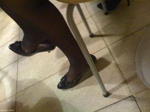 桌底下 丝脚-...碰到古黑丝女在桌子下挑鞋然后用脚碰你勾引你吗