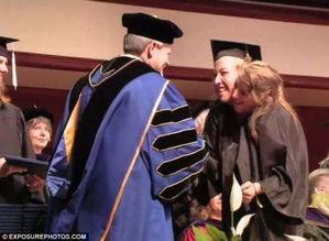 罕见 双头姐妹 共享一个身体 如今已大学毕业