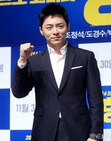 ...奭D.O.亮相电影 哥哥 发布会 朴信惠白衬衫加铅笔裙干练又清新