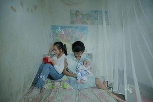 村子里,16岁的小彩在两个月前当上了妈妈.她的宝宝比计划早了三个...
