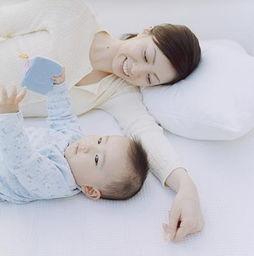 妈妈与宝宝同睡易致歪脖子