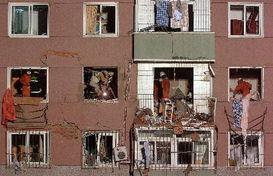 2(来源:东北新闻网)   7月21日,发生爆炸的居民家的防盗窗护栏和...