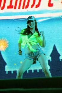 劲舞团开场的英文歌是什么-辣妹劲舞-雪花啤酒节第五天歌舞表演
