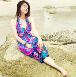 蒋欣晒海滩美照衣着清凉 大秀美腿身材丰满 5