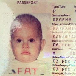 办了个护照,这孩子衣服上的字本来是EAT,结果……宝宝有小情绪了 ...