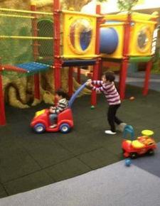 ...柏芝一双儿子游乐园玩耍 兄弟俩关系亲密