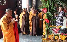 着一尊水晶释迦太子像,法相庄严.   年5月17日,农历四月初八,为...