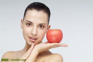 可以用红枣搭配葡萄干、龙眼等等食品一起吃,效果会比单吃红枣来的...