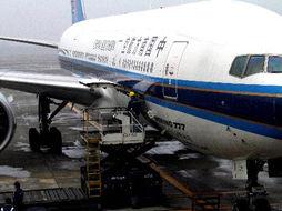 77客机执飞的CZ3097航班飞抵台北桃园机场,这是大陆民航班机56年...